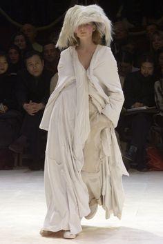 Yohji Yamamoto Fall 2000 Ready-to-Wear Fashion Show Collection