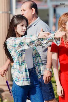 Kim S/N, nova agente do girl group Loona. Kpop Girl Groups, Korean Girl Groups, Kpop Girls, Mode Ulzzang, Ulzzang Girl, Ulzzang Korea, White Top And Jeans, Hot Pink, All Black Looks