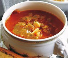 Minestrone med tomatpesto är en god och värmande soppa gjord på ingredienser som morötter, kikärter, ris och tomater. Denna mättande soppa serveras med en underbar pesto på tomater, basilika och olja.