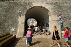 Der Eingang zur Halbinsel besteht aus den alten Stadtmauern...