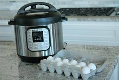 I am loving my Instant Pot, I use it for absolutely EVERYTHING! Here i am going to teach you How to Make Hard Boiled Eggs in the Instant Pot, it's super easy and you can have boiled eggs to eat or even to decorate if it's Easter time! Power Cooker Recipes, Cooking Hard Boiled Eggs, Protein Plus, Filling Snacks, Set Cookie, Egg Recipes, Instant Pot, Favorite Recipes, Super Easy