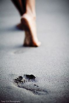 leave your footprint! Foto Website, Fotografia Macro, Photo Portrait, Foto Art, Beach Photography, Black And White Photography, Beautiful Pictures, Ocean, Artists
