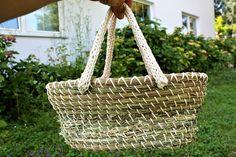 Kleine Handtasche aus duftenden Gräsern. Mit selbstgestricktem Henkel. 48 € Willow Weaving, Straw Bag, Bags, Shopping, Fashion, Basket Weaving, Handbags, Breien, Crafting