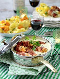 Bjud på rullader till middag. Fyll dem med röd pesto, färskost och parmesanost rulla ihop och linda en baconskiva runt. Smaklig måltid!