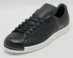 adidas Shelltoes Without Stripes - SneakerNews.com Sneaker Brands, Adidas Superstar, Classic Sneakers, Black Adidas, Hooded Sweatshirts, Shoes Sneakers, Men's Shoes, Jake Paul, Adidas Originals