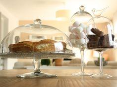 Cloches en verre et gourmandises