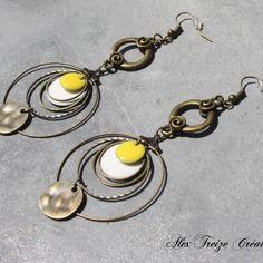 Bijou créateur - boucles d'oreilles pendantes bronze intercalaires antiques anneaux et créoles breloques sequins émaillés blanc et jaune