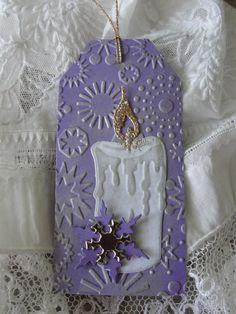 svíčka Jmenovky na dárky vyřezané z embosované čtvrtky. Vel. 5 x 11 cm. Cena za 2 kusy.