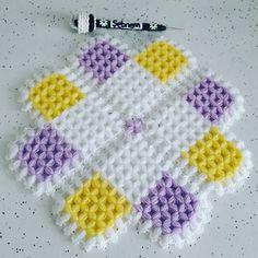 Hayırlı Sabahlar  Sevdiklerinizle geçirecebileceğiniz mutlu huzurlu ve sağlık dolu bir yıl diliyorum 🌲🌼🌹🌼🌷 Sipariş Alınır  @lifmodelleriniz… Baby Knitting Patterns, Crochet Potholder Patterns, Loom Knitting Projects, Crochet Projects, Puff Stitch Crochet, Crochet Stitches, Love Crochet, Diy And Crafts, Decor Ideas