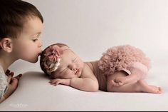 Ideas Baby Girl Newborn Pictures With Siblings For 2019 Newborn Baby Photos, Baby Girl Photos, Newborn Shoot, Newborn Pictures, Baby Girl Newborn, Infant Pictures, 2 Baby, Sibling Photos, Newborn Photography Poses