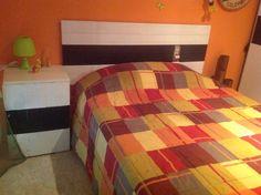 Cabecera y mesita de cama de pino y palet reciclado a medida por 30€ la unidad del cabecero y 50€ la mesita a juego
