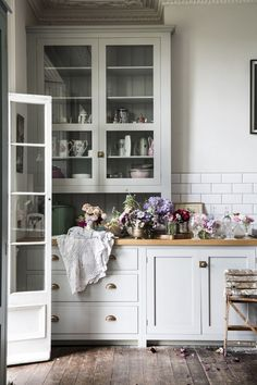 Vintage Kitchen What a joy to see this bespoke deVOL Kitchen in Rachel Ashwell's book 'My Floral Affair'. A little bit fancy and a little bit shabby, perfectly imperfect just the way we like it. Photograph by Amy Neunsinger. Shabby Chic Kitchen, Home Decor Kitchen, Kitchen Interior, Vintage Kitchen, Kitchen Living, Kitchen Ideas, Shabby Chic Interiors, Shabby Chic Homes, Shabby Chic Decor