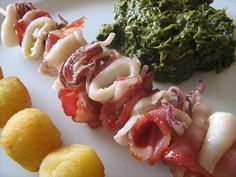 As Minhas Receitas: Espetadinhas de Lulas e Bacon Chefs, Bacon, Portuguese Recipes, Portuguese Food, Hors D'oeuvres, Skewers, Wines, Shrimp, Sausage