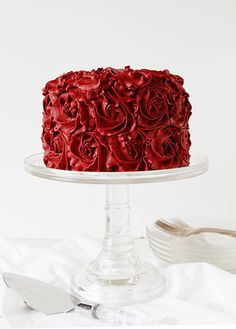 Red Velvet Buttercream Rose Cake: This cake is too beautiful to be eaten, but someone has to do it. Get the secrets to achieving this deep dark rich red colored cake. Click through to find more sweet ideas for Valentine's Day cupcakes and cakes. Cake Roses, Rose Cake, Roses Buttercream, Crusting Buttercream, Strawberry Buttercream, Buttercream Recipe, Beautiful Cakes, Amazing Cakes, Pretty Cakes