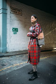 Tartan is a constant, a timeless fabric, appearing on catwalks and on stylish people all over the world, year after year. Here are some of the best Tartan Street Style looks from this years London and Paris Fashion Week. Street Style 2018, Street Style Looks, Street Style Women, Burberry Plaid, Burberry Trench, Yellow Raincoat, Plaid Coat, Fashion News, Fashion Trends