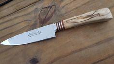 Huberman n* 18. Cabo de olivo con separadores de cuero y acero inoxidable. Hoja de acero al carbono de 13 cm. Alberto Roselli.