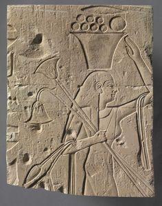 Relieve esculpido en piedra caliza representando a una figura femenina portando una vasija con ofrendas. Período Tardío. Dinastia XXVI (664 a 525 a.C.). Museo de Arte en Cleveland.