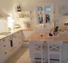 Supertolle, weiße Landhausküche // juste j'adore, j'adore les lampes, la fausse fenetre et ce blanc reposant!!