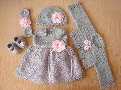 Vestido infantil em croche cinza com detalhes rosa