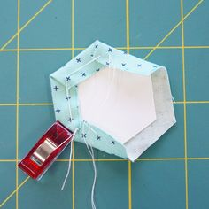 How to make English Paper Piecing hexagons tutorial! Quilting Tips, Quilting Projects, Quilting Designs, Quilt Design, Paper Peicing Patterns, Paper Pieced Quilt Patterns, Hexagon Quilting, Tatting Patterns, Sewing Patterns