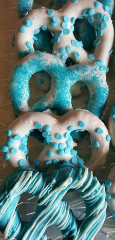 White Chocolate Decorated in Baby Blue Or Pink! Chocolate Covered Pretzels White Chocolate Decorated in Baby Frozen Themed Food, Frozen Party Food, Frozen Themed Birthday Party, Disney Frozen Birthday, Frozen Birthday Activities, Elsa Birthday Party, Olaf Birthday, Blue Birthday Parties, Birthday Party Decorations