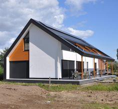 Dit huis spreekt mij (zoals bekend) enorm aan: de combinatie van kleuren en materialen, het onderscheid tussen de zon/tuinkant en de straatzijde / entree, het opengewerkte dak om een zonnig terras te creëren dat zowel het verlengde van de woning naar de tuin als andersom is... Let trouwens ook op de bodemplaat die een geheel vormt met de wanden en het dak!