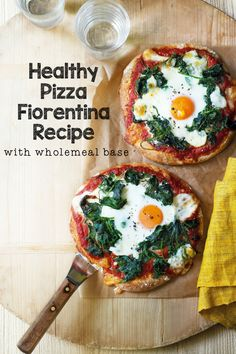 Healthy Pizza recipe with wholemeal base. This is pizza fiorentina with an egg on top, to give you an energy boost Healthy Pizza Recipes, Clean Eating Recipes, Gourmet Recipes, Healthy Snacks, Dinner Recipes, Healthy Eating, Cooking Recipes, Quiche Recipes, Dinner Ideas