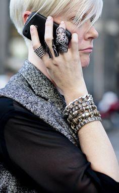 Pulseras que se sobreponen unas a otras y anillos excesivos en casi todos nuestros dedos. La tendenica maxi de hace dos décadas es un must este verano. El exceso es la nueva inspiración y Kate Lanphear –una de las estilistas más especiales; en la imagen– es una gran defensora.