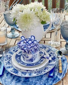 Nestled in a teacup, an embroidered linen resembles fanning flower petals in @bonniechasedesigns' blue-and-white place setting. 📸 : @bonniechasedesigns (On Instagram) #repost #southernladymag #bonniechasedesigns #tablescapetuesday #tabletoptuesday #blueandwhitechina White Table Top, Centerpieces, Table Decorations, Blue And White China, Flower Petals, Place Settings, Tablescapes, Tea Cups, Plates
