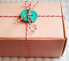 bakers twine & a button, Christmas wrapping for 2012 :) Present Wrapping, Creative Gift Wrapping, Wrapping Ideas, Creative Gifts, Pretty Packaging, Gift Packaging, Packaging Ideas, Simple Packaging, Christmas Wrapping