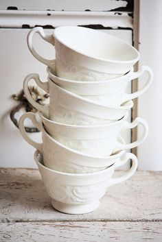 I absolutely love white tea/ coffee cups! Tassen Design, Fresh Farmhouse, White Farmhouse, White Dishes, White Cups, Vintage Tea, Milk Glass, Tea Set, Cup And Saucer