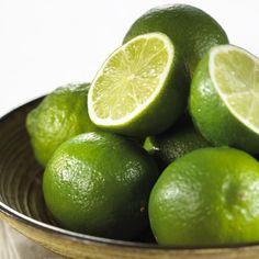 Bei der Limette handelt es sich um eine Zitrusfrucht, die an Bäumen wächst. Die Schale der Limette ist grün.
