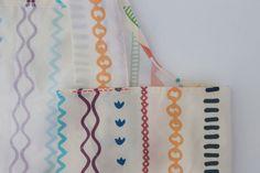 頭からすっぽりかぶる、こども用バッククロス型エプロンの作り方 | nunocoto fabric Apron, Fabric, Japanese Clothing, Tejido, Tela, Cloths, Fabrics, Tejidos, Aprons