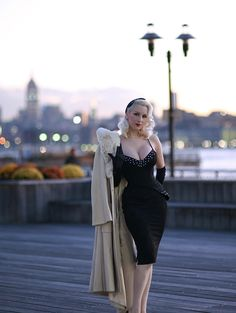 It's time for some extra dazzling glamour & one gorgeous skyline - an appropriate backdrop for today's dress. Rockabilly Fashion, Retro Fashion, Vintage Fashion, Womens Fashion, Fashion Trends, Vintage Dresses, Vintage Outfits, Idda Van Munster, Estilo Pin Up