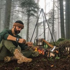 Vintage bushcraft skills that all wilderness lovers will certainly desire to master today. This is essentials for bushcraft survival and will save your life. Bushcraft Backpack, Bushcraft Gear, Bushcraft Camping, Camping Survival, Outdoor Survival, Survival Tips, Survival Skills, Bushcraft Equipment, Bushcraft Skills