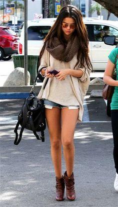 Selena Gomez mostró sus piernas tonificadas con unos shorts de mezclilla, que combinó con un cárdigan holgado en beige y unos botines marrones acompañados por una bufanda color café. Un look muy confortable que selló con un bolso de cuero negro y gafas para sol dejando su cabellera suelta.