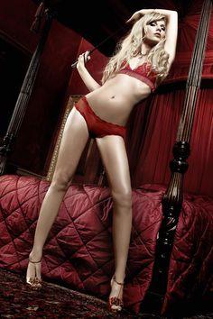 Ensemble lingerie en dentelle rouge pour la Saint Valentin.
