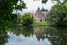 Измайловский остров. Рядом с Измайловским парком и Измайловским кремлём есть небольшой островок, окружённый Серебряно-Виноградным прудом. Называется место - городок имени Баумана.
