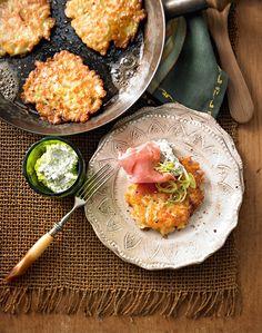 Kleine Pfannkuchen mit Gemüsestreifen, Frischkäsecreme und Parmaschinken