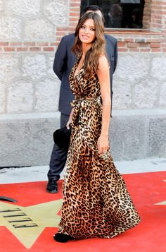 Sara Carbonero in Blumarine leopard-print gown with black clutch. Look Boho Chic, Printed Gowns, Leopard Fashion, Looking For Women, Her Style, Celebs, Celebrities, Fashion Looks, Glamour