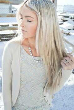 coiffure femme blond platiné cheveux longs avec raie de coté en étages