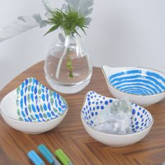 Add some color to a basic set of bowls with a little bit of paint. This DIY is kid-friendly and easy to do create! Add some color to a basic set of bowls with a little bit of paint. This DIY is kid-friendly and easy to do create! Diy Craft Projects, Easy Diy Crafts, Crafts To Do, Home Crafts, Kids Crafts, Pottery Painting Designs, Pottery Designs, Pottery Painting Ideas Easy, Diy Clay