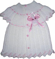 Beyaz şişle örülmüş bebek yelek modelleri