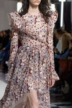 Giambattista Valli Fall 2019 Ready-to-Wear Fashion Show Details: See detail photos for Giambattista Valli Fall 2019 Ready-to-Wear collection. Look 147 Fashion Week Paris, Runway Fashion, Fashion Models, High Fashion, Fashion Show, Korean Fashion, Lovely Dresses, Beautiful Gowns, Floral Fashion