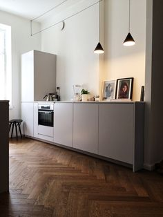 Home Interior Grey sleek modern kitchen herringbone wood floor.Home Interior Grey sleek modern kitchen herringbone wood floor Modern Kitchen Interiors, Modern Kitchen Design, Interior Modern, Interior Design, Modern Design, Interior Colors, Interior Paint, Interior Ideas, Kitchen Lamps