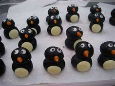 Oreo Truffle penguins This is the stuff that dreams are made of: Oreo Cookie crumbs are blended with cream cheese and covered with a chocolate shell for the best-tasting truffles ever. Christmas Desserts, Christmas Baking, Christmas Foods, Christmas Cakes, Christmas Treats, Fun Cookies, Oreo Cookies, Chocolate Buttons, White Chocolate