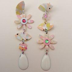 Orecchini pendenti , fiori in resina stilizzati e gocce smaltate in un mix di tinte pastello #orecchini #accessori #moda #earrings #DIY #faschion