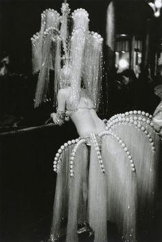 A showgirl at The Folies-Bergeres in Paris, photo by Edouard Boubat via fawnvelveteen Vintage Love, Vintage Beauty, Vintage Fashion, Edwardian Fashion, Weird Vintage, Vintage Paris, Dress Vintage, Burlesque Vintage, Burlesque