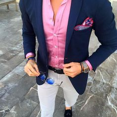 Men wears navy blue jacket, pink shirt & light grey pants color coordination for men who seeking for amazing men fashion with semi formal appearance Más