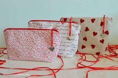 Tutorial gratuito su come cucire a macchina un astuccio in stoffa di sagoma triangolare come idea regalo per San Valentino.